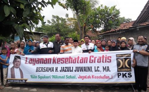 Pemberian layanan kesehatan gratis oleh Ust Jazuli