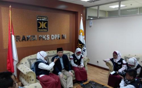 Ust Jazuli sedang diwawancara oleh wartawan cilik