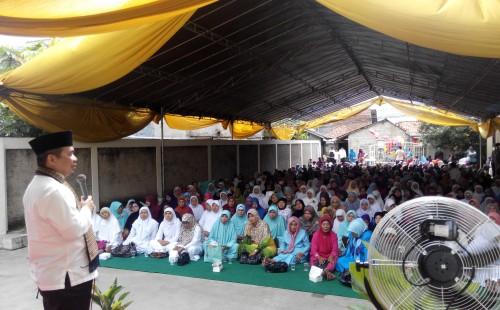 Ust Jazuli sedang memberikan ceramah kepada ibu-ibu